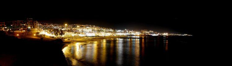 Panorama von Playa de la Americas in der Nacht