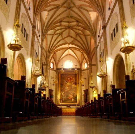 Innenraum der Kirche San Jeronimo el Real in Madrid mit großem Bild am Ende des Hauptgangs