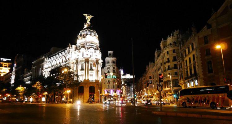 Calle de Alcala in Madrid bei Nacht mit Haus Metropolis und vielen Lichtern