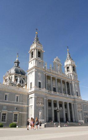 Weiße Kathedrale Almudena in Madrid mit zwei Türmen