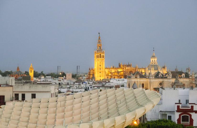 Blick auf die Kathedrale von Sevilla vom Espacio Metropol Parasol
