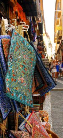 Seidengeschäft in der Calle Caldereria Vieja in Granada