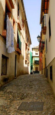 Enge Straße im alten maurischen Viertel von Granada