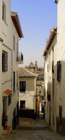 Gasse im alten maurischen Viertel mit Blick auf die Kathedrale von Granada