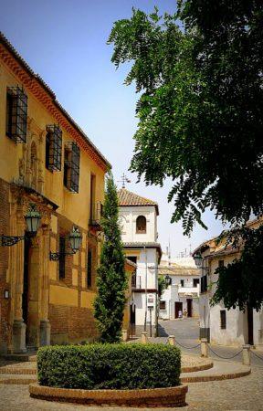 Kleiner Platz im alten maurischen Viertel von Granada