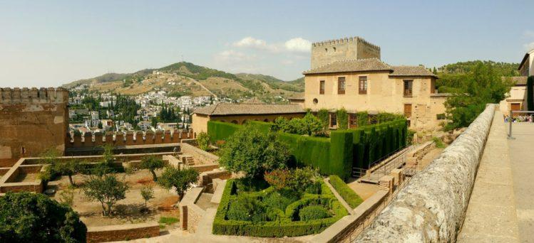Blick auf die Nasridenpaläste der Alhambra