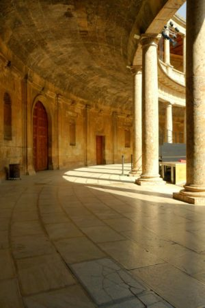 Seitengang im Innenhof des Palast Karls V in der Alhambra