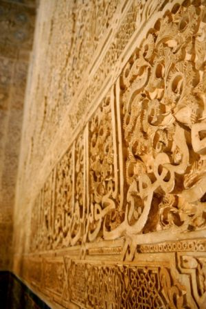 Maurische Wandverzierungen in den Nasridenpalästen in der Alhambra