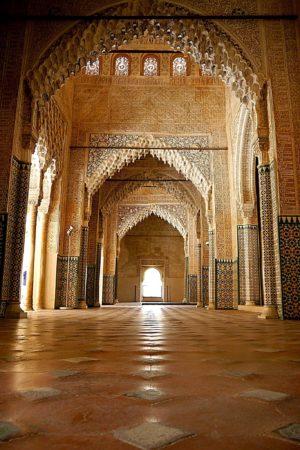 Gang mit Gewölbeverzierungen in den Nasridenpalästen in der Alhambra