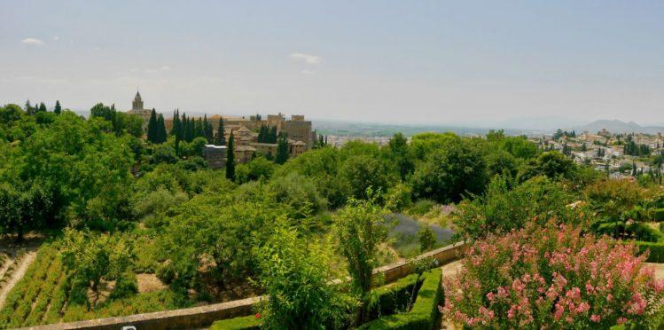 Blick auf die Nasridenpalästen und einem Teil der Parkanlage in der Alhambra