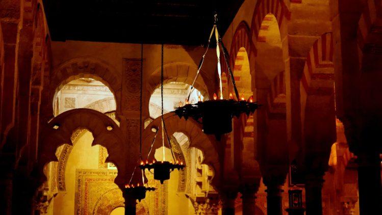 Lampen im Bereich der Moschee in der Kathedrale