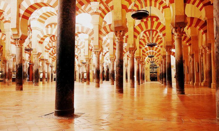 Labyrinth aus Rundbögen in der Moschee in der Kathedrale von Cordoba