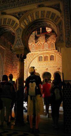 Empfangsraum mit maurischen Verzierungen im Alcazar von Sevilla