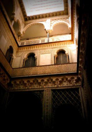 Lichtdurchfluteter Innenhof mit maurischen Verzierungen im Alcazar von Sevilla