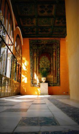 Seitengang mit Wandteppich im Alcazar von Sevilla