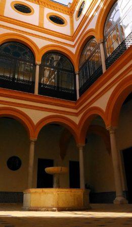 Kleiner Innenhof mit Brunnen im Alcazar von Sevilla