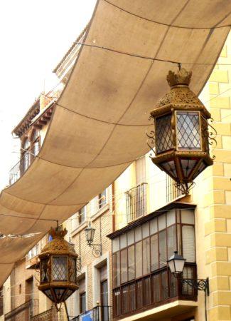 Sonnensegel und Lampen über den Straßen von Toledo