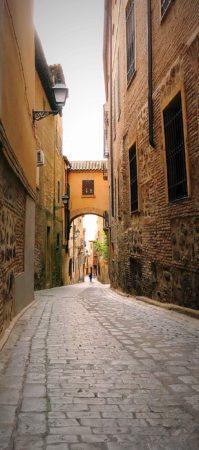 Enge Straße mit Rundbogen in Toledo