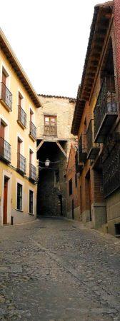 Enge Straße mit einem Durchgang in Toledo