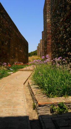 Seitenweg an der Außenmauer des Alcazaba