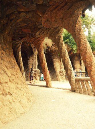 Rampe und Ende des Lavandera Säulengang im Park Güell