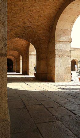 Gang im Innenhof des Montjuïc Castle