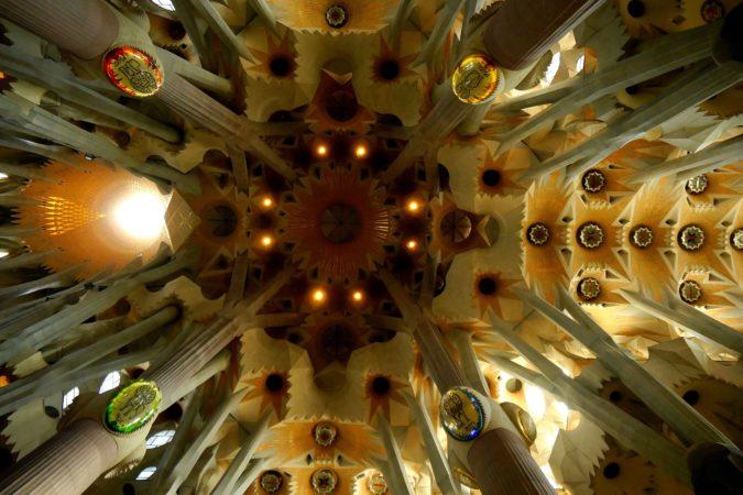 Decke der Sagrada Familia mit den vier Tiersymbolen