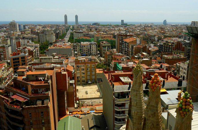 Türme mit Früchte der Sagrada Familia und Blick auf Barcelona