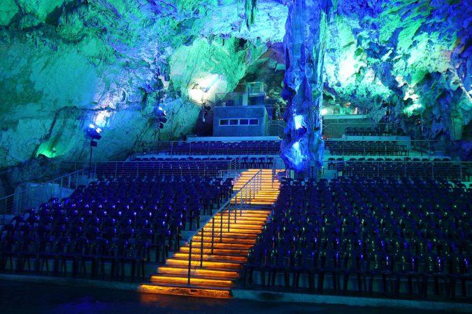 Auditorium in einer Tropfsteinhöhle auf Gibraltar
