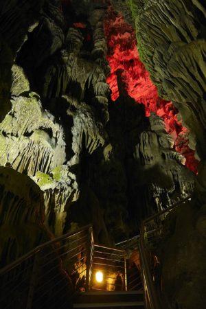 Beleuchtete Tropfsteinhöhle St.Michaels Cave auf Gibraltar