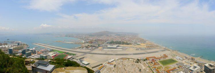 Panorama - Landebahn des Flughafen und Grenzübergang von Gibraltar