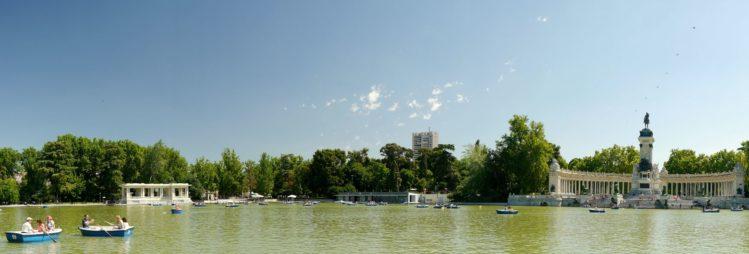 Panorama künstlicher See im Retiro-Park mit Monument für Alfons XII.