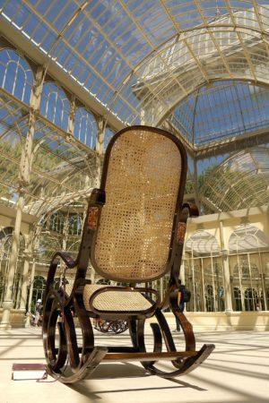 Schaukelstuhl für Besucher im Palacio de Cristal im Retiro Park