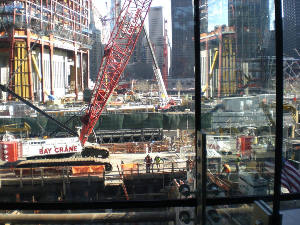 Eine Baustelle mit Kränen und Bauarbeitern.