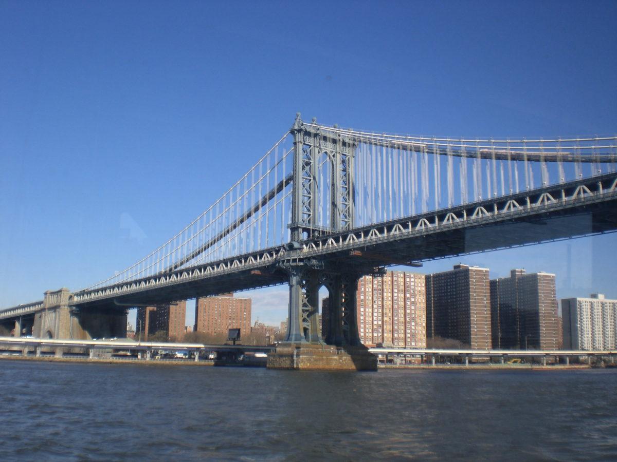 Ein Blick auf die Brooklyn Bridge vom Hudson River aus während der Bootstour.