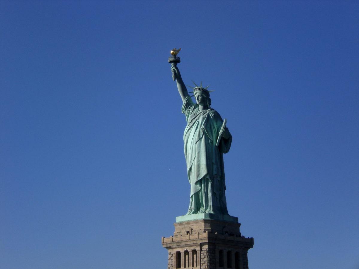 Die Freiheitsstatue reckt ihre Fackel in die Lüfte.