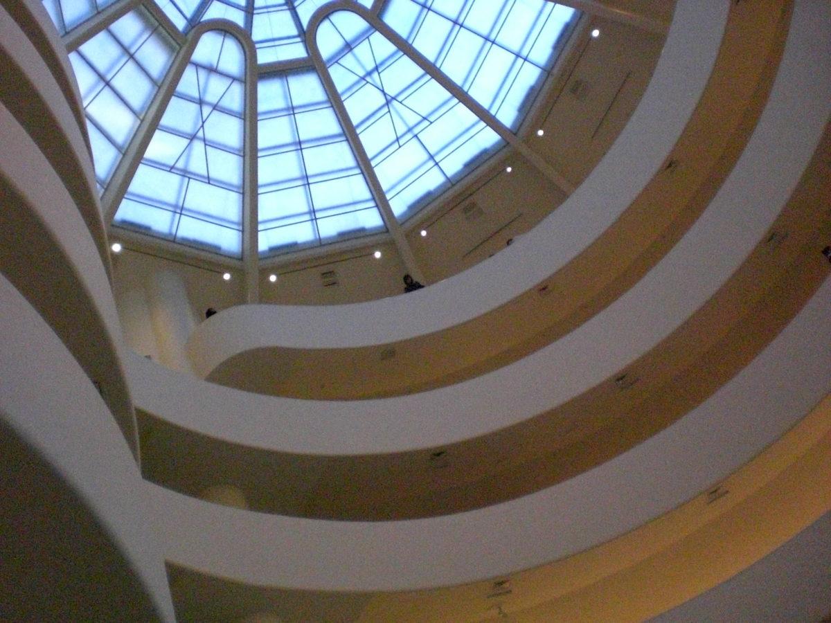 Das Gebäude und die vorstehenden Balkone des Guggenheim Museums.