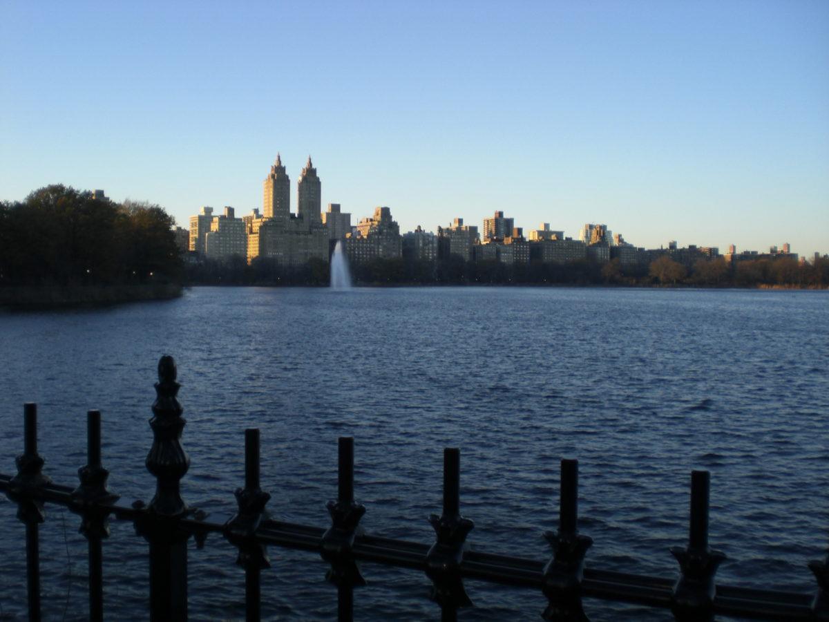 """Blick vom Reservoir See im Central Park aus auf die Zwillingstürme """"San Remo""""."""
