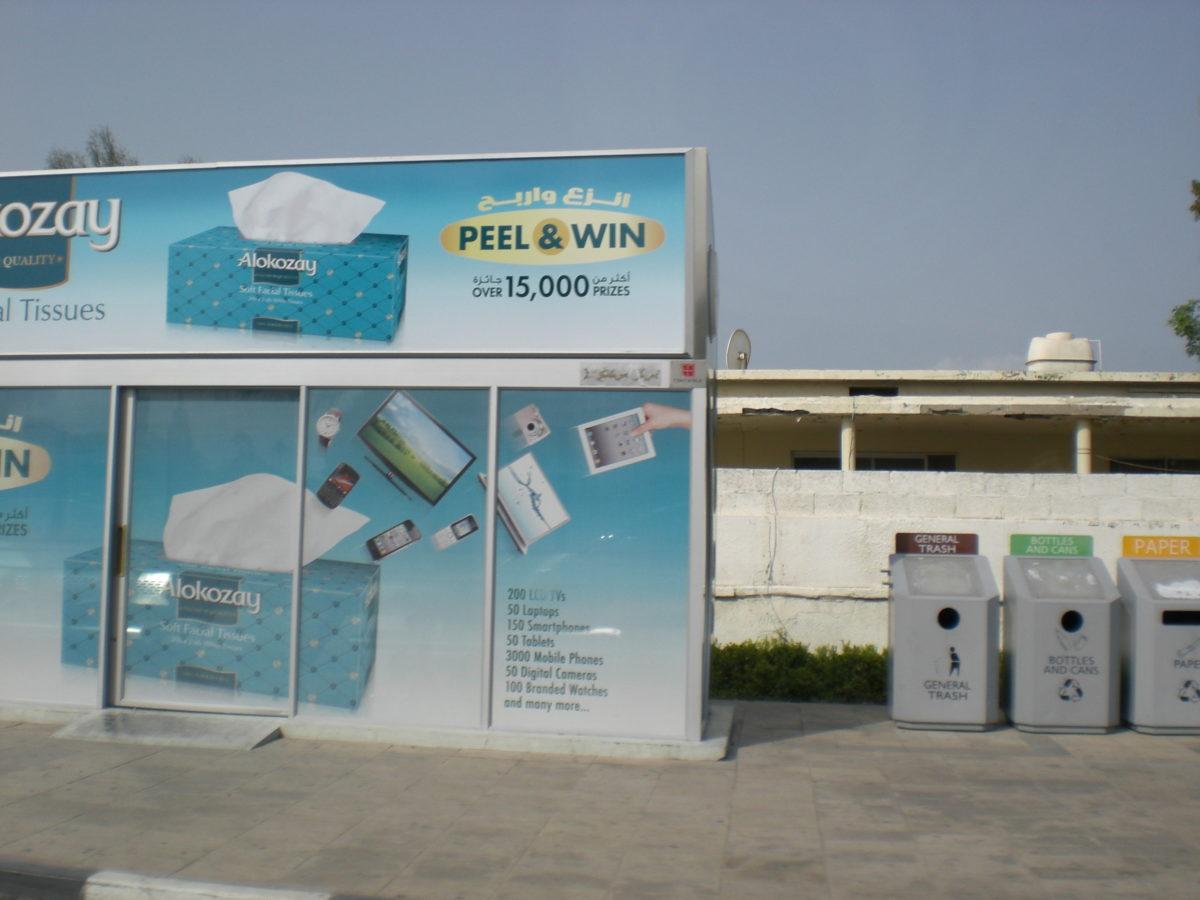 Eine Bushaltestelle in Dubai: Sie besteht aus einem klimatisierten Häuschen.
