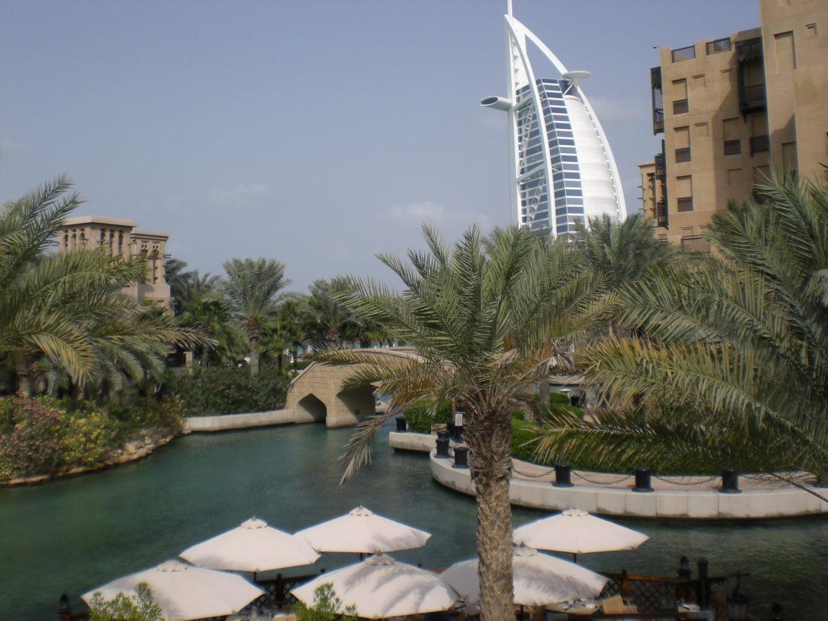 Blick von Dubai Creek auf das Burj al Arab