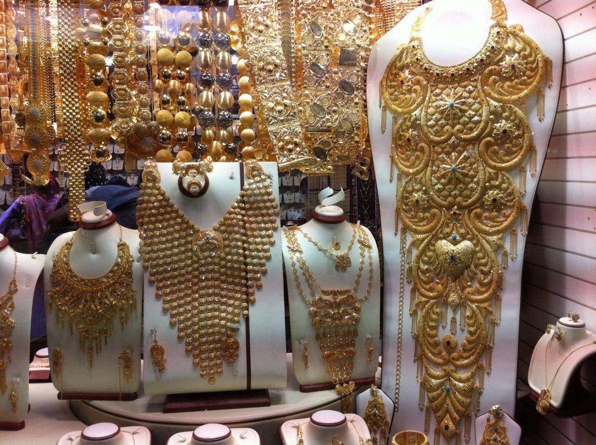 Ein Schaufenster mit reichlich protzigem Goldschmuck.