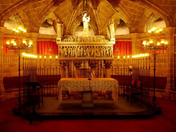 Altar im unteren Bereich der Kathedrale von Barcelona