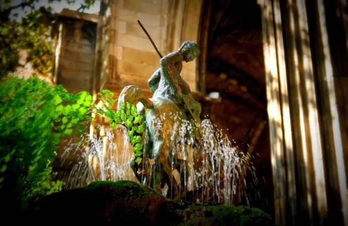 Springbrunnen mit Reiterfigur im Innenhof der Kathedrale von Barcelona