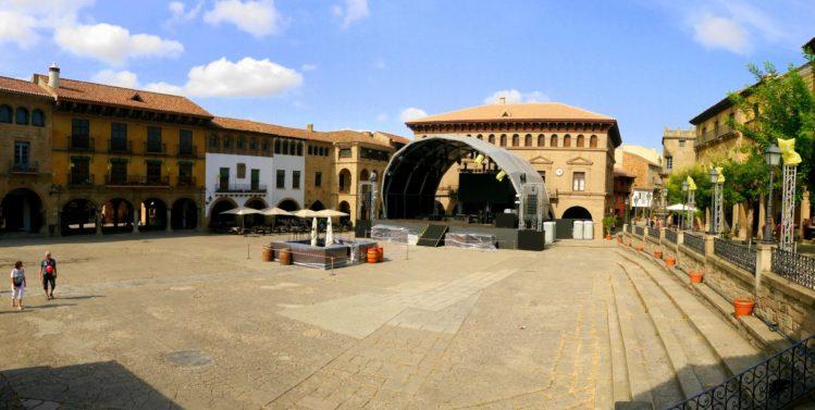 Großer Platz im Poble Espanyol in Barcelona