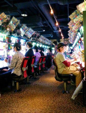 Geldspielhalle mit Geldspielautomaten in Tokio