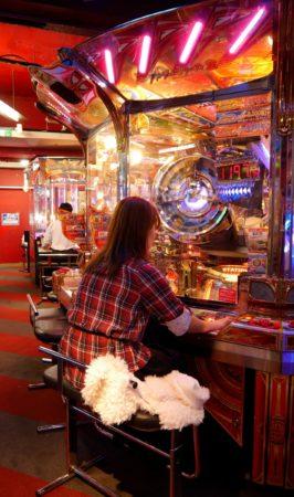 Geldspielautomat bei dem Münzen rausgeschoben werden