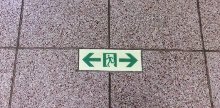 Ausgangs-Hinweisschild auf dem Boden in der U-Bahn in Tokio