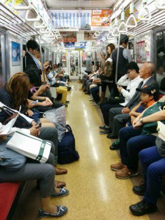 Menschen in einer U-Bahn in Tokio