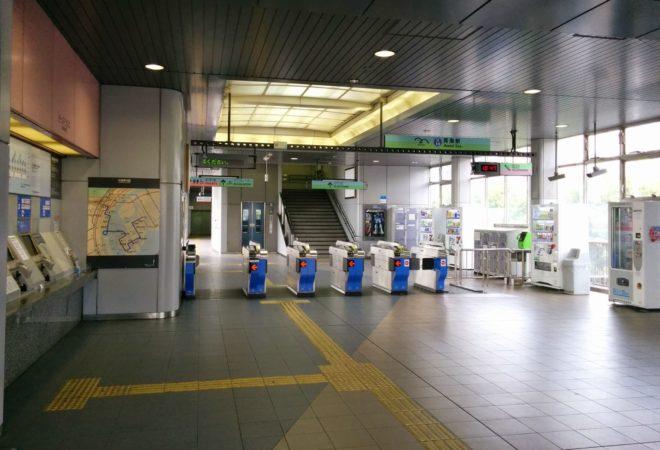 Check-In Bereich der Hochbahn in Odaiba in Tokio
