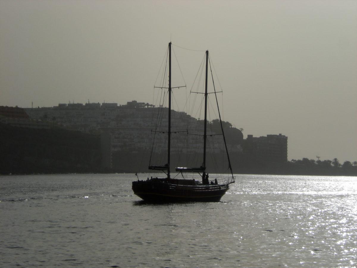 Ein Schiff im Hafen vor der Küste vor Puerto de Mogán